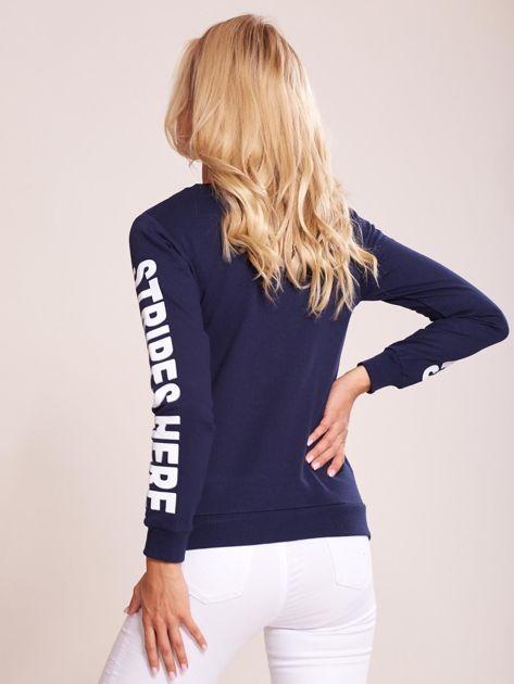 Granatowa bawełniana bluza z nadrukiem hashtaga                              zdj.                              2