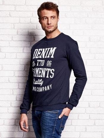 Granatowa bluza męska z miejskim nadrukiem                                  zdj.                                  3