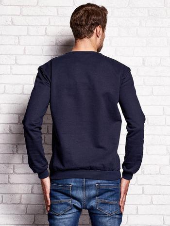 Granatowa bluza męska z miejskim nadrukiem                                  zdj.                                  2