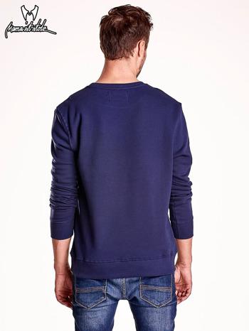 Granatowa bluza męska z tekstowymi naszywkami                                  zdj.                                  5