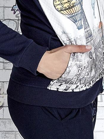 Granatowa bluza z kapturem i miejskim nadrukiem                                   zdj.                                  8
