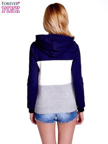Granatowa bluza z kapturem z białym i szarym wykończeniem                                  zdj.                                  4