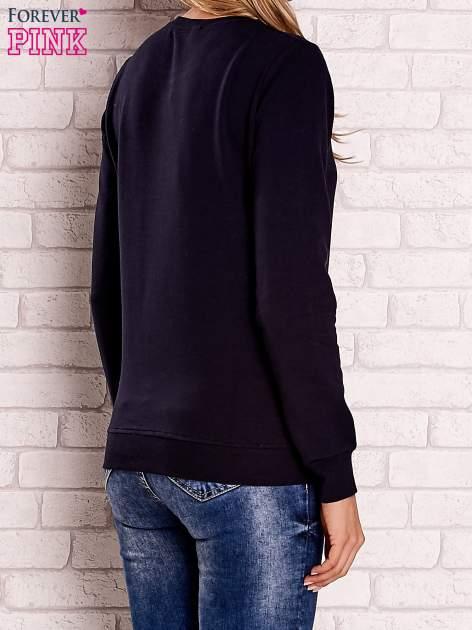 Granatowa bluza z kolorowymi naszywkami                                  zdj.                                  4