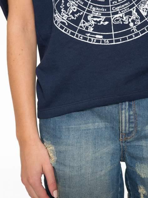 Granatowa bluza z nadrukiem tarczy zodiakalnej i szerokimi rękawami                                  zdj.                                  7