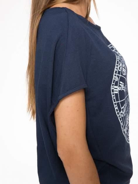 Granatowa bluza z nadrukiem tarczy zodiakalnej i szerokimi rękawami                                  zdj.                                  10