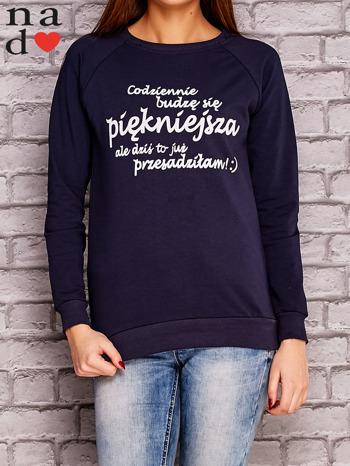 Granatowa bluza z napisem CODZIENNIE BUDZĘ SIĘ PIĘKNIEJSZA                              zdj.                              1
