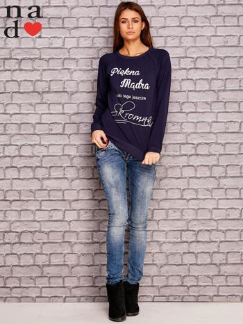 Granatowa bluza z napisem PIĘKNA MĄDRA A DO TEGO JESZCZE SKROMNA                                  zdj.                                  4