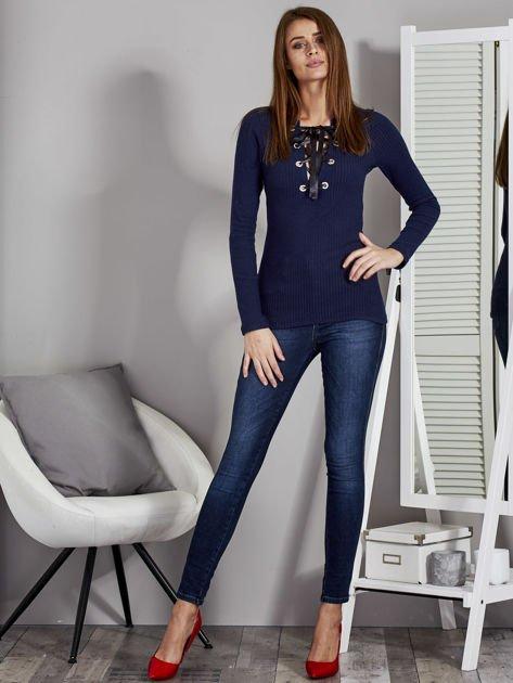 Granatowa bluzka damska ze sznurowanym dekoltem                               zdj.                              4