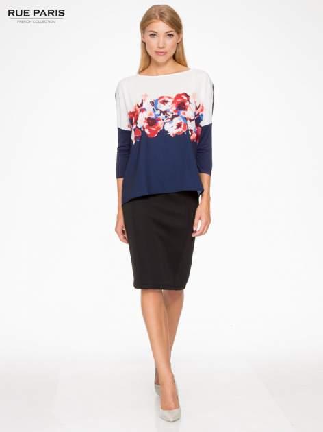 Granatowa bluzka o nietoperzowym kroju z nadrukiem kwiatów                                  zdj.                                  5