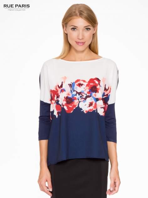 Granatowa bluzka o nietoperzowym kroju z nadrukiem kwiatów                                  zdj.                                  1
