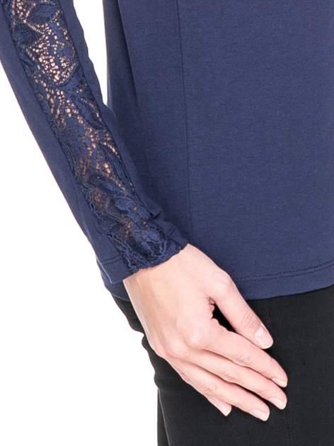 Granatowa bluzka z koronkową wstawką wzdłuż rękawów                                  zdj.                                  5