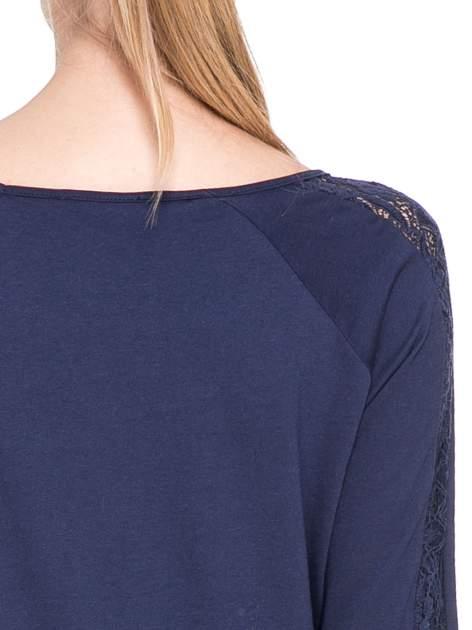 Granatowa bluzka z koronkową wstawką wzdłuż rękawów                                  zdj.                                  6
