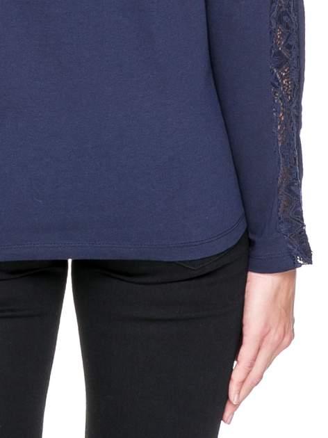 Granatowa bluzka z koronkową wstawką wzdłuż rękawów                                  zdj.                                  7