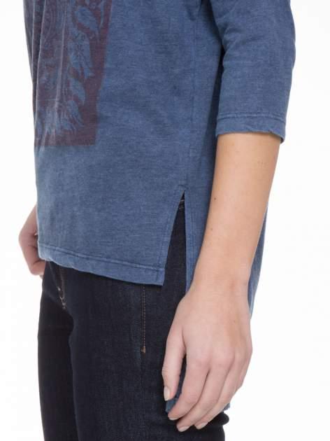 Granatowa bluzka z rękawem 3/4 i roślinnym nadrukiem                                  zdj.                                  7