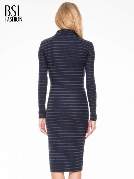 Granatowa dzianinowa sukienka w paski z golfem                                  zdj.                                  4
