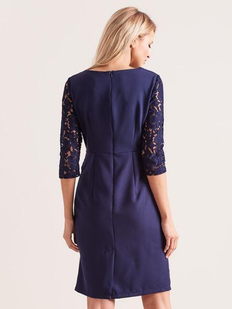 Granatowa elegancka sukienka z koronką                              zdj.                              2