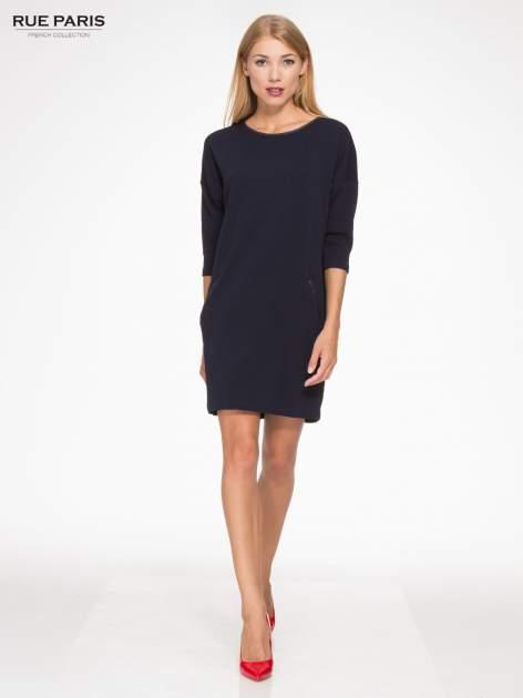 Granatowa fakturowana prosta sukienka ze wstawkami ze skóry                                  zdj.                                  2
