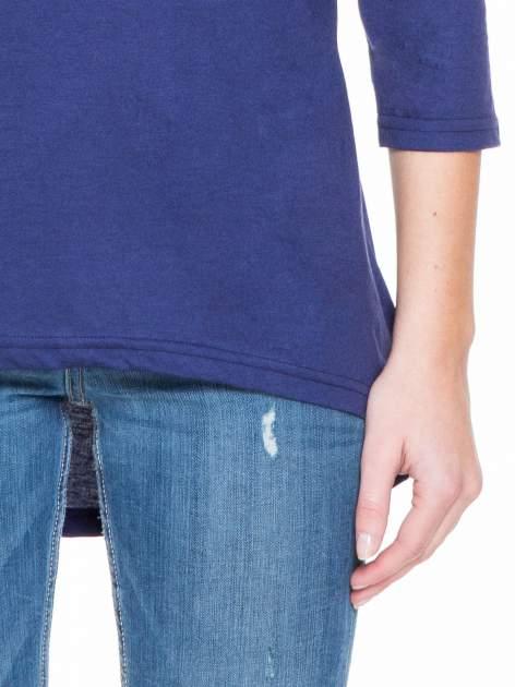 Granatowa gładka bluzka z dłuższym tyłem                                  zdj.                                  5