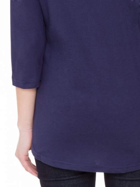 Granatowa gładka bluzka z ozdobnymi przeszyciami                                  zdj.                                  8