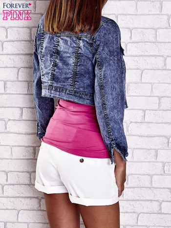 Granatowa jeansowa kurtka z kieszeniami i dekatyzacją                                  zdj.                                  2