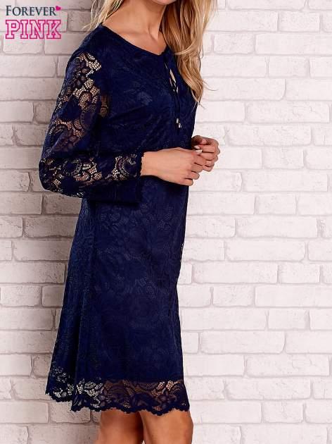 Granatowa koronkowa sukienka z wiązaniem                                  zdj.                                  3