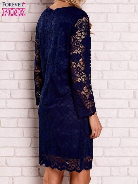 Granatowa koronkowa sukienka z wiązaniem                                  zdj.                                  4