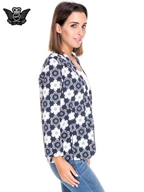 Granatowa koszulonarzutka we wzór w kwiaty                                  zdj.                                  3