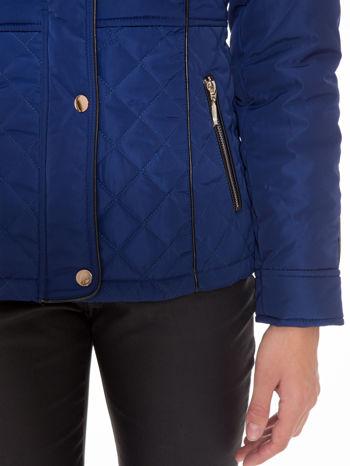 Granatowa kurtka z pikowanymi wstawkami i kontrastową lamówką                                  zdj.                                  7
