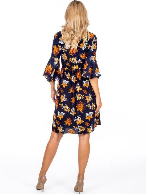 Granatowa kwiatowa sukienka z rozszerzanymi rękawami                              zdj.                              2