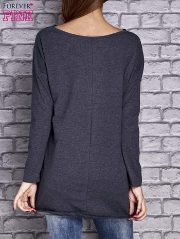 Granatowa melanżowa bluzka z naszywkowymi nadrukami                                  zdj.                                  4