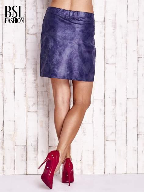 Granatowa mini spódniczka z efektem połysku                                  zdj.                                  3
