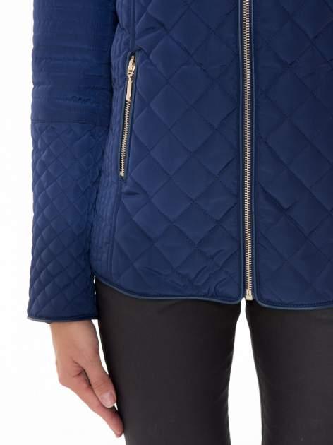 Granatowa pikowana kurtka z kapturem w stylu husky                                  zdj.                                  8