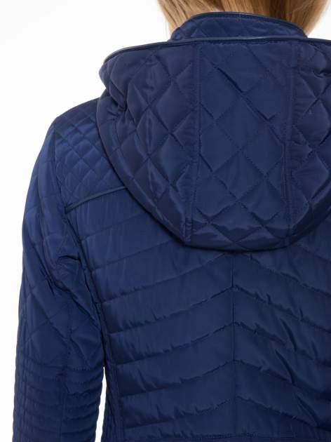 Granatowa pikowana kurtka z kapturem w stylu husky                                  zdj.                                  10