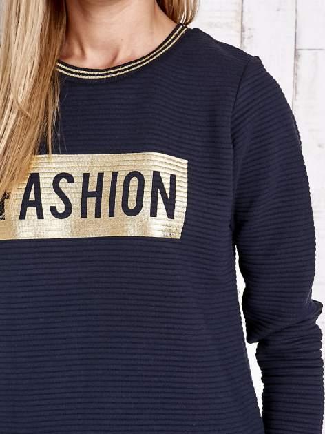 Granatowa prążkowana bluza ze złotym nadrukiem FASHION                                  zdj.                                  6