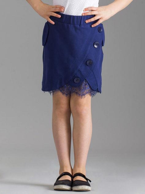 Granatowa spódniczka dziewczęca z ozdobnymi guzikami
