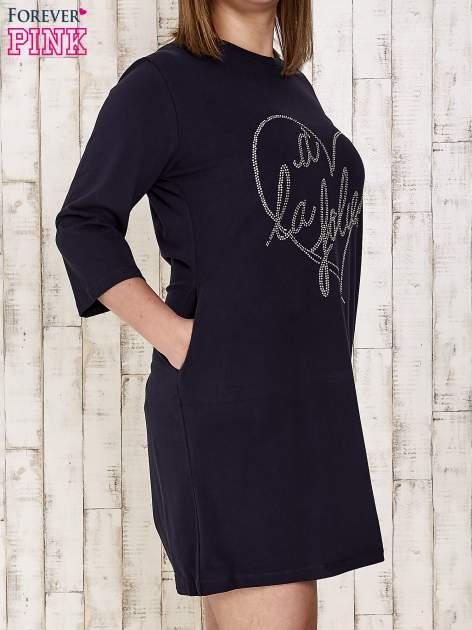 Granatowa sukienka dresowa z dżetami PLUS SIZE                                  zdj.                                  3