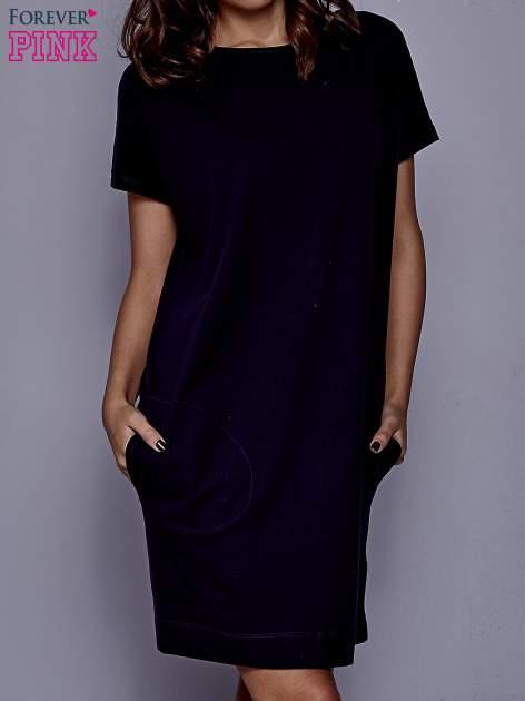 Granatowa sukienka dresowa z kieszeniami po bokach