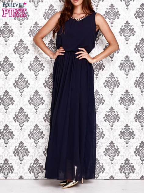 Granatowa sukienka maxi z łańcuchem przy dekolcie                                  zdj.                                  3