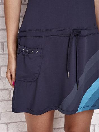 Granatowa sukienka sportowa z niebieskimi wstawkami                                  zdj.                                  5