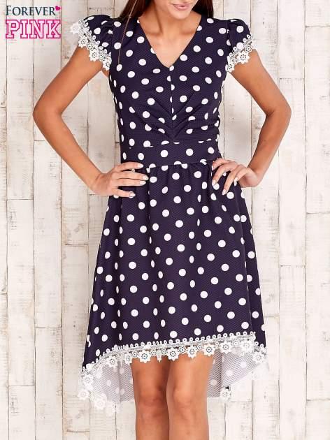 Granatowa sukienka w grochy z koronkowym wykończeniem                                  zdj.                                  1