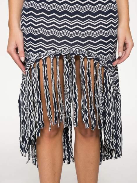 Granatowa sukienka we wzór zig-zag z frędzlami na dole                                  zdj.                                  7