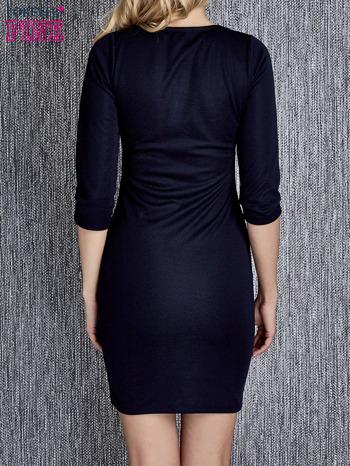 Granatowa sukienka z marszczeniami przy dekolcie                                  zdj.                                  4