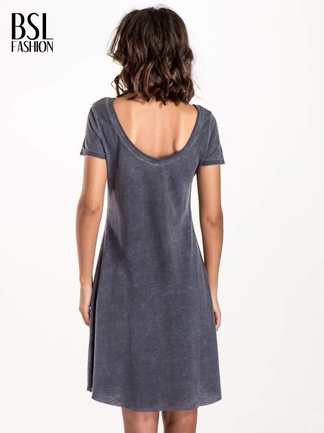 Granatowa sukienka z surowym wykończeniem                                  zdj.                                  2