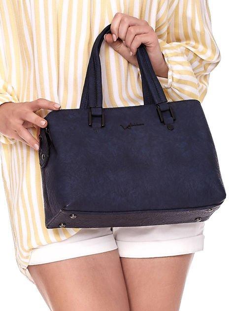 Granatowa torebka kuferek z eko skóry o gniecionej fakturze                              zdj.                              2