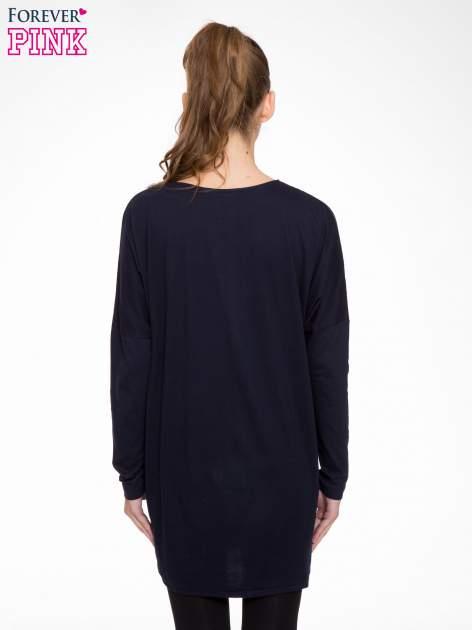 Granatowa tunika dresowa z obniżoną linią ramion                                  zdj.                                  4