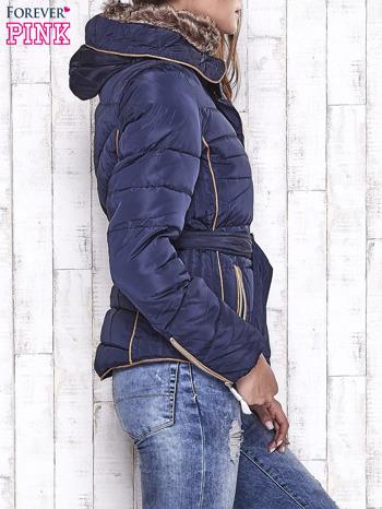 Granatowa zimowa kurtka z futrzanym kapturem i paskiem                                  zdj.                                  3