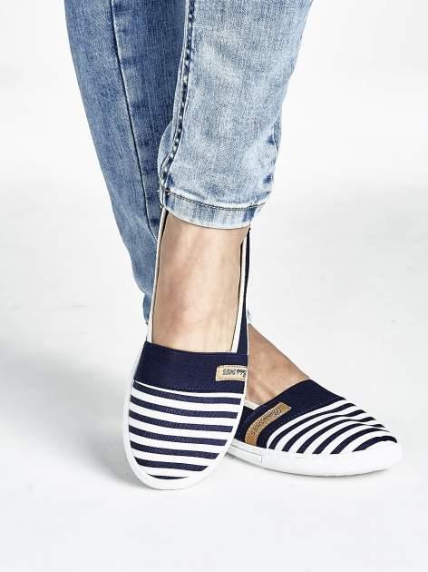 Granatowe buty sliponki w paski                                  zdj.                                  1