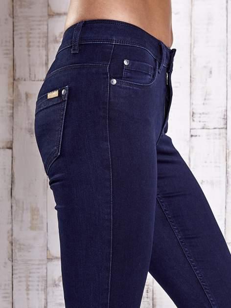 Granatowe dopasowane spodnie jeansowe                                  zdj.                                  5