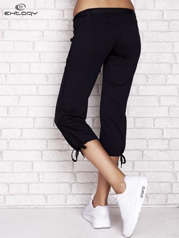 Granatowe dresowe spodnie capri z materiałowym paskiem                                  zdj.                                  2