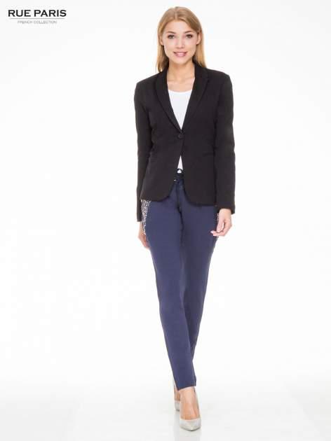 Granatowe eleganckie spodnie dresowe z dżetami                                  zdj.                                  2
